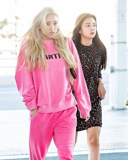 Trong khi đó, Yuna có cách kết hợp đơn giản hơn Lisa. Cô nàng mặc dáng suông rộng phóng khoáng, đi kèm là túi Louis Vuitton Multi Pochette có giá 1.550 USD (36 triệu đồng).