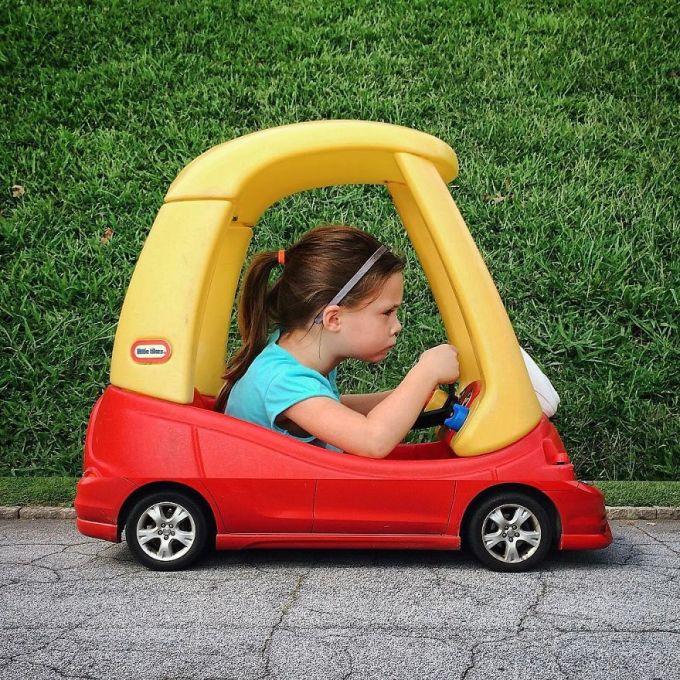 <p> Ai có thể nhận ra phần dưới chiếc xe cô bé đang lái là hình ảnh của một chiếc ô tô thật.</p>