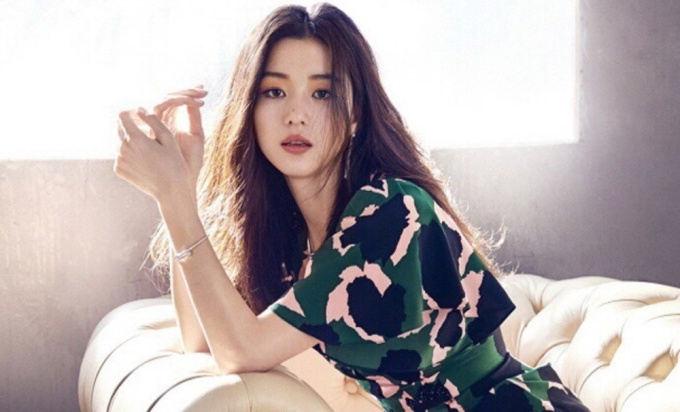 <p> ''Mợ chảnh'' Jun Ji Hyun luôn là ngôi sao được yêu thích ở Hàn. Nữ diễn viên luôn biến hóa đa dạng qua các vai diễn thông qua các tác phẩm đình đám như <em>Cô nàng ngổ ngáo, Siêu trộm, Vì sao đưa anh tới, Huyền thoại biển xanh</em>... Không chỉ diễn xuất tốt, Jun Ji Hyun còn là gương mặt quảng cáo đắt giá và có cuộc sống đáng ngưỡng mộ.</p>