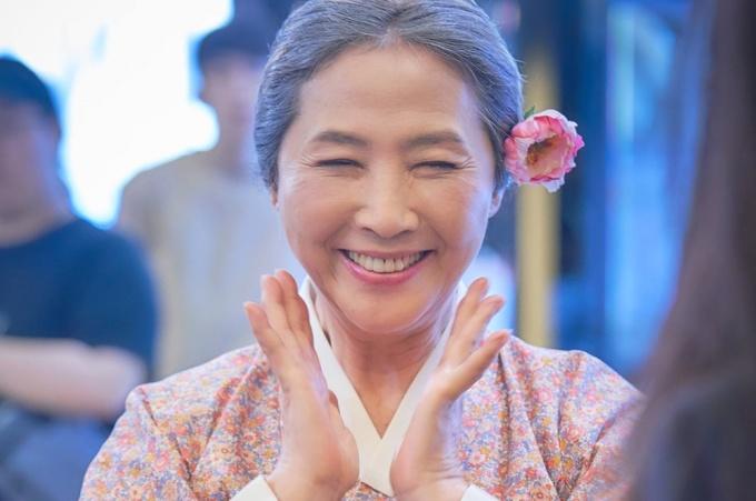 """<p> Nữ diễn viên Go Doo Shim thường vào vai những người mẹ, người bà có số phận đau khổ, lấy nước mắt khán giả. Bà là nữ diễn viên duy nhất trong ngành nắm giữ tổng cộng 6 giải thưởng lớn tại các lễ trao giải cuối năm. Go Doo Shim cũng là nữ diễn viên duy nhất giành được giải thưởng """"Nữ diễn viên xuất sắc nhất"""" từ cả ba công ty truyền hình lớn của Hàn Quốc (SBS, KBS và MBC), cũng như từ Giải thưởng nghệ thuật Baeksang.</p>"""