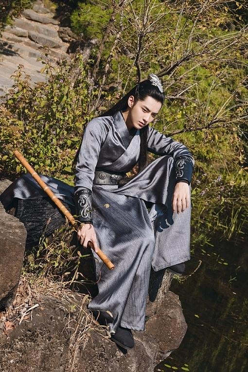 Ngô Diệc Phàm tạo ấn tượng mạnh mẽ trong trang phục kiếm khách.