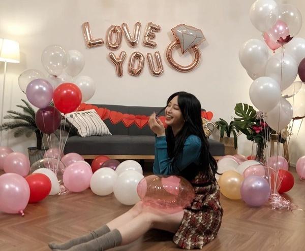 Han Ye Seul khiến fan xôn xao khi đăng ảnh buổi cầu hôn với rất nhiều bóng bay. Nữ diễn viên nhanh chóng giải thích mình không phải nhân vật chính của sự kiện này, cô vẫn độc thân.