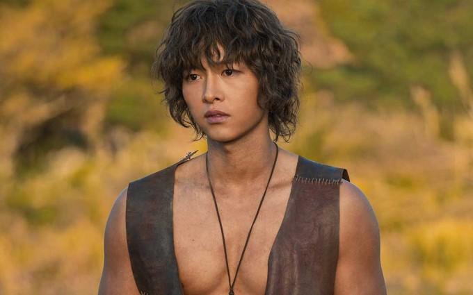 <p> Song Joong Ki đứng ở vị trí thứ 9 trong danh sách các diễn viên phim truyền hình yêu thích của Hàn Quốc năm 2019. Anh chứng minh được khả năng diễn xuất đa dạng khi một mình diễn hai vai trong bom tấn mùa hè <em>Arthdal Chronicles</em>. Sau vụ ly hôn với Song Hye Kyo, Song Joong Ki khá kín tiếng và tập trung vào việc đóng phim điện ảnh mới.</p>