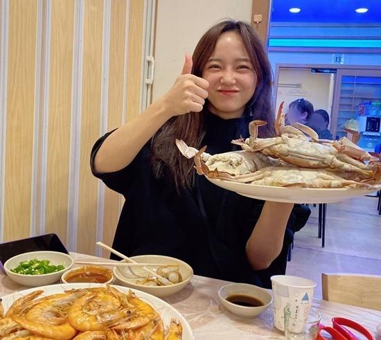Kim Se Jeong hớn hở khi được thưởng thức đồ hải sản tươi ngon.