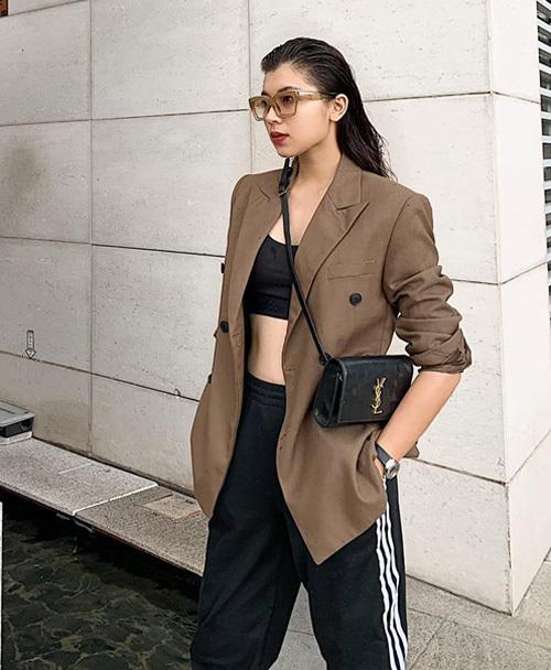 Áo quây, quần jogger và blazer tạo thành tổng thể sành điệu, cool ngầu cho Đồng Ánh Quỳnh.