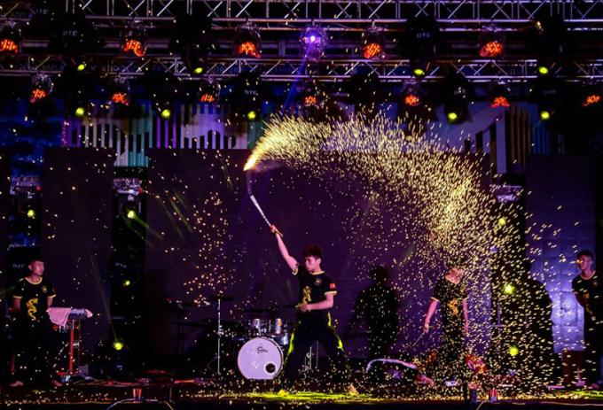 <p> Các chàng trai của CLB Côn nhị khúc mang đến phần trình diễn võ thuật hoành tráng.</p>