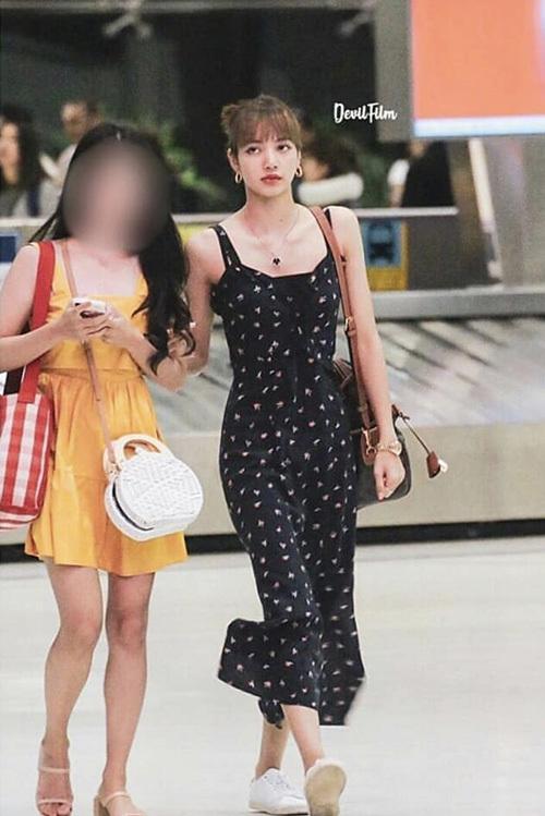 Jennie xuất hiện xuề xòa, Lisa sexy ở sân bay - 1