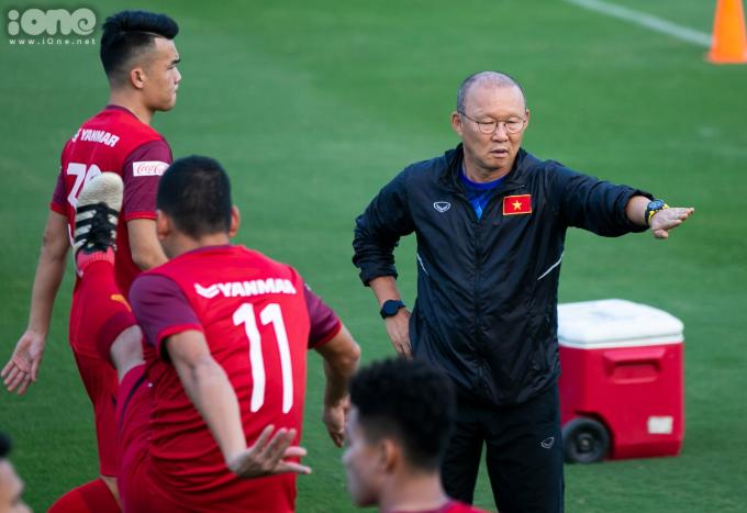 <p> HLV Park Hang-seo trực tiếp kiểm tra sân cỏ, dặn dò các học trò kỹ lưỡng. Trước trận đấu với UAE ngày 14/11, ông Park sẽ phải chốt danh sách 23 cầu thủ cuối cùng.</p>
