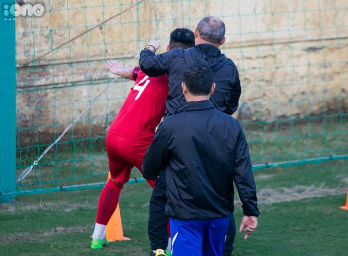 <p> Ở một bài tập phối hợp chuyền bóng, vượt chướng ngại vật, Bùi Tiến Dũng có ý định ''ăn gian'', định chạm tay vào chướng ngại vật. Không may mắn, trung vệ của CLB Viettel bị thầy Park phát hiện.</p>