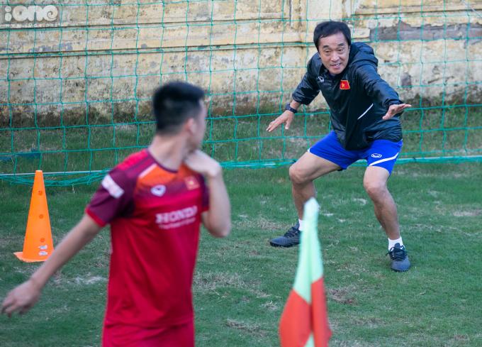<p> Trợ lý Lee có những yêu cầu khắt khe cho tiền vệ Nguyễn Huy Hùng.</p>