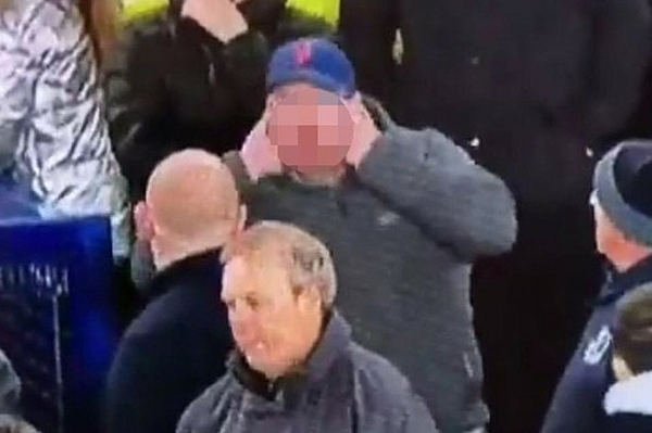 Hình ảnh lan truyền được cho CĐV Everton phân biệt chủng tộc với Son Heung-min. Ảnh: The Sun.