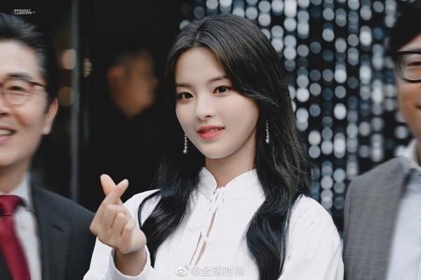 Chiều 4/11, Dương Siêu Việt xuất hiện trong một sự kiện ở Hàn Quốc. Truyền thông Hàn liên tục đưa tin và dành cho nữ thần tượng những lời khen trên trời về nhan sắc.