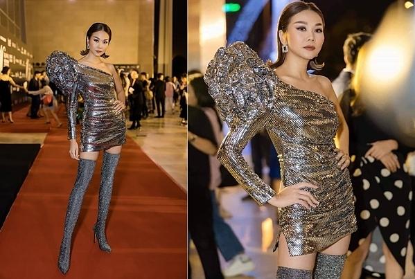 Aquafina Vietnam International Fashion Week - Tuần lễ Thời trang Quốc tế Việt Nam 2019 diễn ra từ ngày 29-31/10 tại Hà Nội. Sự kiện quy tụ dàn sao lớn, trong đó Thanh Hằng được đánh giá mặc đẹp ở đêm khai mạc với bộ đầm ánh kim lệch vai kết hợp giày boots cùng tông.