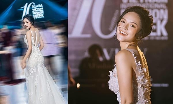Thu Quỳnh mặc đầm đuôi cá thêu hoa nổi, búi tóc cao giống cô dâu trong ngày cưới. Nhiều độc giả bày tỏ họ yêu thích phong cách dịu dàng này của diễn viên Về nhà đi con.