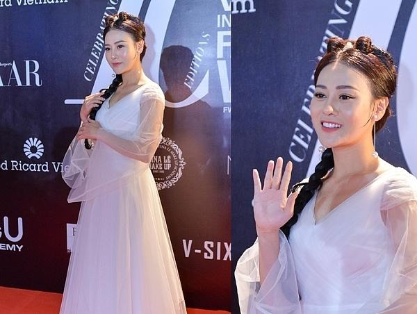 Diễn viên Phương Oanh hóa thân thành nhân vật Tiểu Long Nữvới kiểu váy trắng dài thướt tha cùng mái tóc tết. Là gương mặt nổi tiếng sau khi tham giaQuỳnh búp bê, Phương Oanh đang được các nhãn hàng thời trang săn đón.