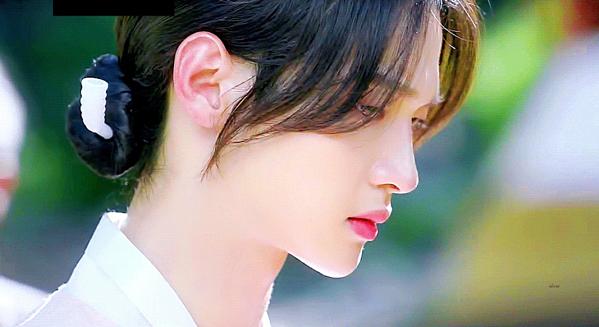 Màn giả gái thần sầu của Jang Dong Yoon.