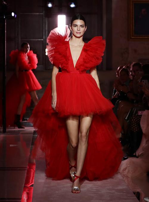 Mẫu váy được nhiều mỹ nhân ưa chuộng trên thuộc bộ sưu tập kết hợp giữa nhà thiết kế Giambattista Valli với thương hiệu H&M. Dòng sản phẩm trên được phát triển từ hình ảnh các loài hoa. Bộ váy Hồ Ngọc Hà, Minh Hằng và nhiều sao nổi tiếng khác mặc được lấy cảm hứng từ hoa hồng đỏ. Người đầu tiên diện chiếc váy này là Kendall Jenner.