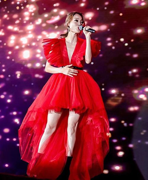 nhiều sao thế giới khác cũng ưa chuộng mẫu váy đỏ này. Dương Mịch và diva Hong Kong Dung Tổ Nhi có cách kết hợp giống nhau, đều đi cùng boots cao cổ màu đen.