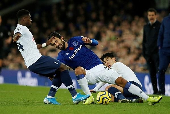 Pha va chạm giữa cầu thủ Tottenham (áo trắng) và tiền vệ Andre Gomes (Everton). Ảnh: Reuters.