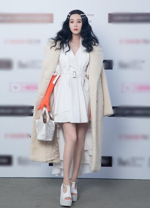 Tối 4/11, Phạm Băng Băng góp mặt trong một sự kiện thời trang. Cô thu hút sự chú ý khi là ngôi sao cuối cùng xuất hiện tại show diễn. Nữ diễn viên sinh năm 1981 diện trang phục cùng tông trắng, điểm nhấn là đôi găng tay màu cam.