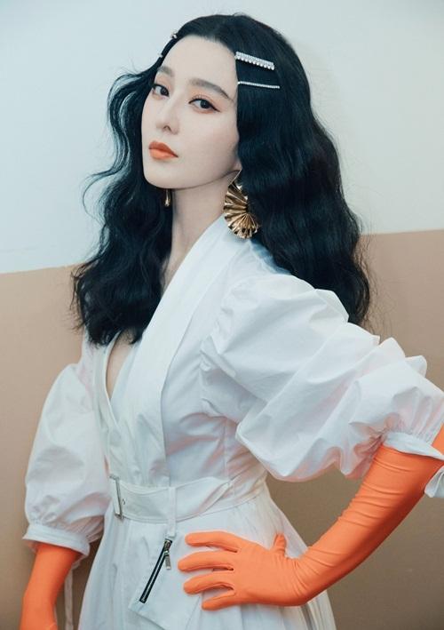 Trong ảnh do phía nữ diễn viên chia sẻ, Phạm Băng Băng khoe thần thái quyến rũ với làn da trắng mịn. Cô làm tóc xoăn rối, dùng kẹp tóc style thập niên 90 để có diện mạo trẻ trung.