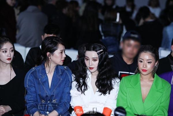 Phạm Băng Băng ngồi xem show trên hàng ghế đầu, giữa diễn viên Hải Thanh (trái)và ca sĩ Vương Cúc.