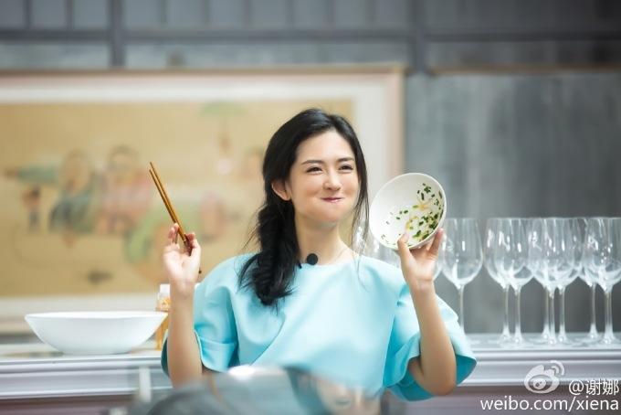 <p> Tạ Na là nữ MC nổi tiếng nhất Trung Quốc nhờ hình tượng vui vẻ, năng động. Cô cũng là người nắm giữ kỷ lục có100 triệu lượt follow trên Weibo. Tuy nhiên, nổi tiếng sẽ đi kèm với những ganh ghét. Nhiều người cho rằng nữ MC luôn làm quá, gây cười bằng những biểu cảm kỳ cục, cố gắng tỏ ra hài hước trên show thực tế. Việc Tạ Na thường xuyên khoe chuyện tình cảm thắm thiết với chồng là ca sĩ Trương Kiệt cũng khiến netizen khó chịu.</p>