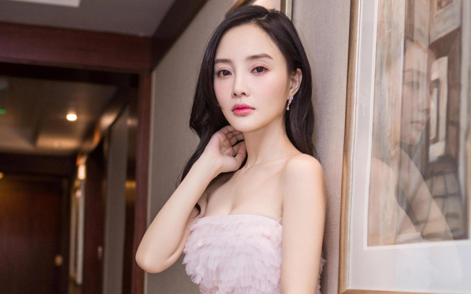 <p> Lý Tiểu Lộ là ngôi sao bị ghét nhất ở Trung Quốc hiện nay sau scandal ngoại tình với PG One. Nữ diễn viên quan hệ tình cảm với nam rapper kém tuổi trong khi đang có gia đình hạnh phúc cùng Giả Nãi Lượng. Sau khi tin tức bị tung ra, Lý Tiểu Lộ nhiều lần nói dối, còn kiện những người chỉ trích cô trên mạng xã hội. Mới đây, nhiều video thân mật giữa Lý Tiểu Lộ và PG One bị phát tán, là bằng chứng việc nữ diễn viên ngoại tình và hiện vẫn giữ mối quan hệ với tình trẻ. Cặp đôi bị ''ném đá'' kịch liệt và khán giả tuyên bố tẩy chay tất cả tác phẩm có Lý Tiểu Lộ tham gia.</p>