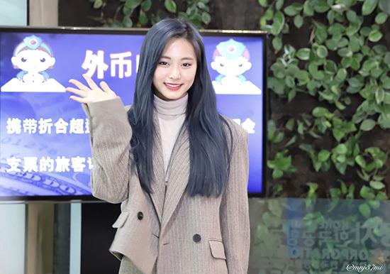 Màu tóc xanh đang trở thành xu hướng mới ở Kpop. Sau IU và Whee In, em út của Twice Tzyu khoe mái tóc mới cực chất ở sân bay. Nhóm nhạc nhà JYP tiếp tục có lịch trình ở Nhật.
