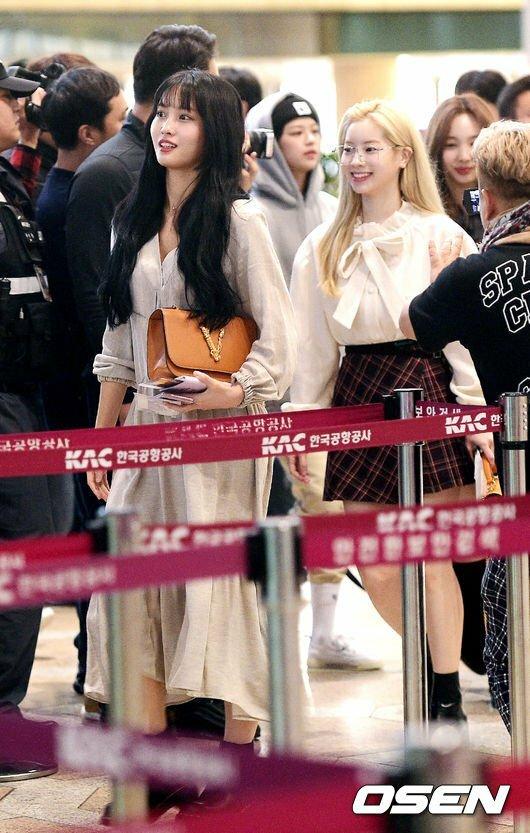 Momo và Da Hyun xuất hiện với phong cách nữ tính, tiện dụng khi ra sân bay.