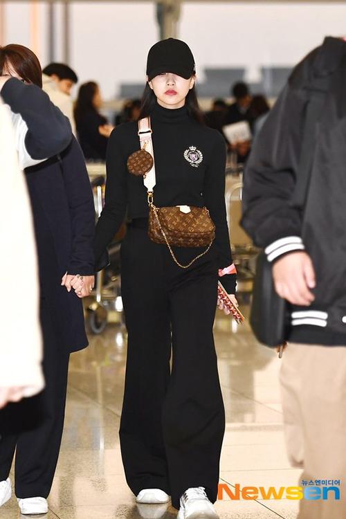 Mẹ của Mina luôn đồng hành cùng con gái ở sự kiện, nắm tay cô nàng mỗi khi ra sân bay.