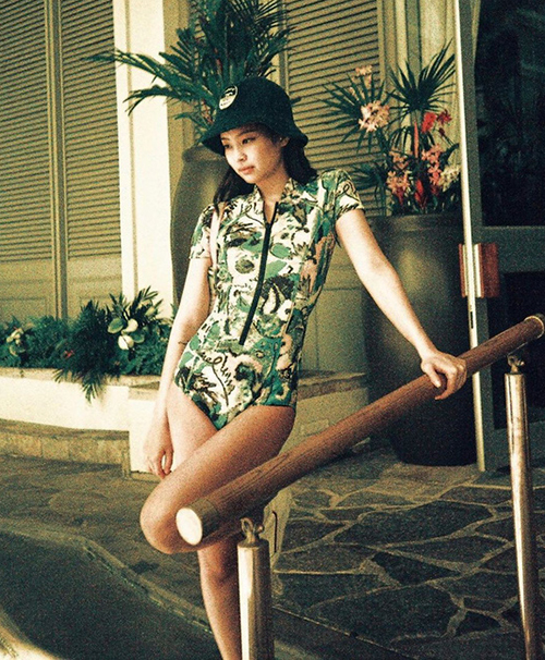 Jennie trong lần diện đồ tắm ở Hawaii cũng chọn đồ tắm một mảnh, hạn chế tối đa khoe da thịt, không lộ ngực, lộ eo táo bạo như khi cô nàng lên sân khấu.