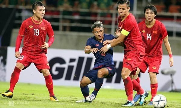 Các cầu thủ Việt Nam khoá chặt Chanathip Songkrasin trên sân Thammasat. Ảnh: Đức Đồng.