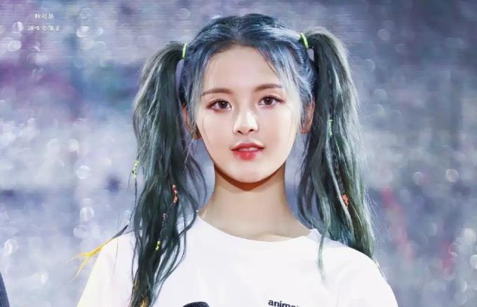 <p> Dương Siêu Viêt là đề tài gây tranh cãi nhiều nhất trên mạng xã hội Trung Quốc năm 2018. Cô nàng tham gia show tuyển chọn Produce 101 nhưng không hề biết hát, nhảy mà thường được lên sóng bằng những cảnh khóc lóc. Việc Dương Siêu Việt được debut với tư cách thành viên nhóm Rocket Girls 101 bị đánh giá là ''trò cười'', không công bằng với các thí sinh khác. Bất chấp những tranh cãi, nữ thần tượng vẫn là ngôi sao đắt show quảng cáo, dự sự kiện, chương trình giải trí và mới nhất là đảm nhận vai nữ chính trong các bộ phim tình cảm.</p>