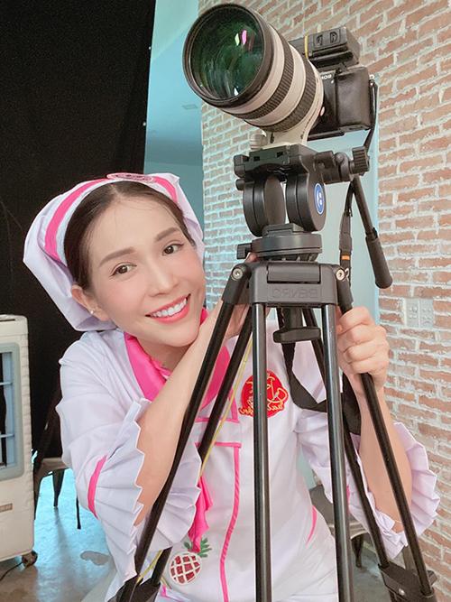 Khả Như mặc đồ hóa cô hầu gái trong một gameshow.