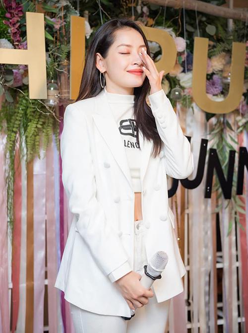 Chi Pu xúc động rơi nước mắt trong buổi offline cùng fan Hà Nội.