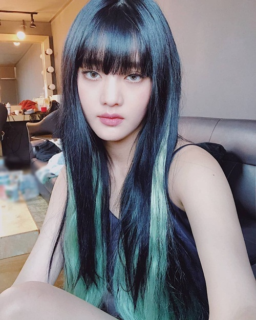 Minnie (G)I-DLE nhuộm tóc xanh