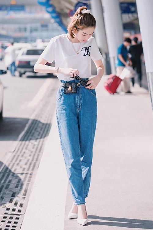 Trong lầnra sân bay mới đây, Ngọc Trinh đổi gió với phong cách trẻ trung, đơn giản. Thay vì khoe eo thon, chân dài như thường lệ, người đẹp kín đáo với áo thun trắngkết hợp quần jeans.