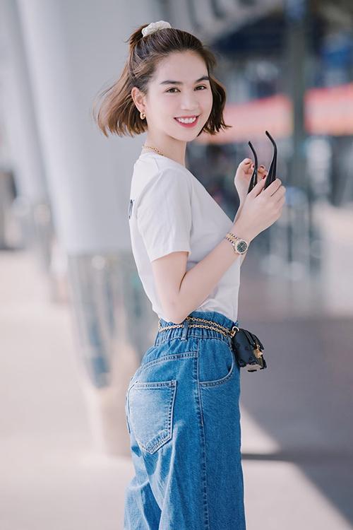 Dù mặc cả cây hàng hiệu đắt đỏ, cách phối không cầu kỳ, đi kèm kiểu tóc buộc cao năng động khiến Ngọc Trinh trông trẻ trung, gần gũi như một cô sinh viên.