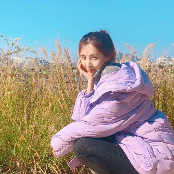 Seo Hyun khoe vẻ rạng ngời, trong trẻo bên đồng cỏ lau.