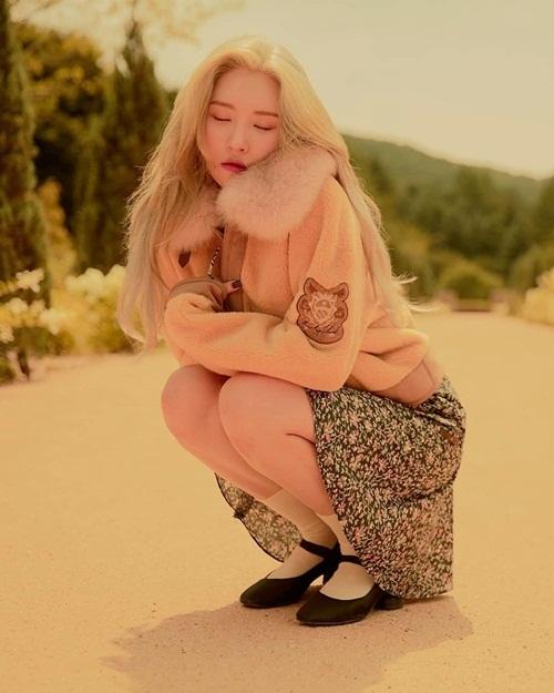 Sun Mi kể, cô chụp quảng cáo thời trang thu đông giữa cái nóng 37 độ C, phải diễn như đang rét căm căm.