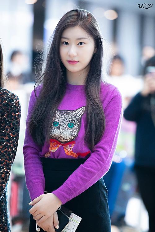 Áo len màu tím hợp mốt được mix hài hòa với chây váy đen, Chae Ryeong vừa nữ tính và tươi trẻ. Những set đồ của Chae Ryeong đều dễ mặc, có thể bắt chước với những item trong tủ đồ của các cô gái.