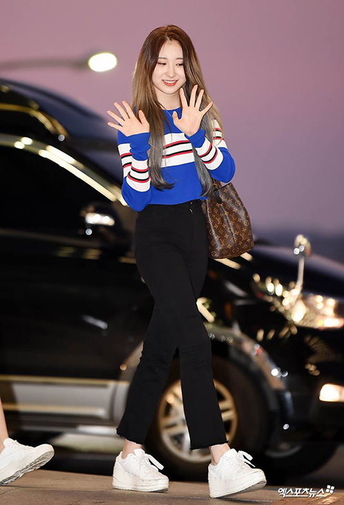 Quần jeans đen và sneaker trắng là món đồ cần có của mọi cô gái được Chae Yeon phối cùng áo len màu xanh coban nổi bật.