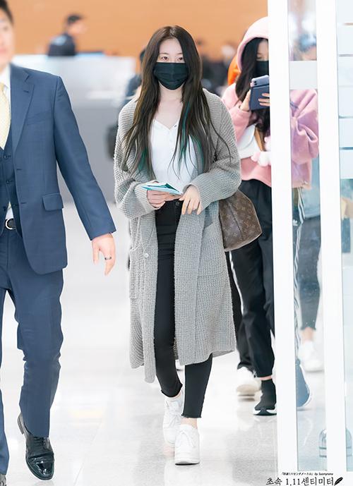 Chae Yeon luôn chú ý về màu sắc khi mix đồ, áo cardigan dáng dài màu xám vừa giúp giữ ấm vừa làm điểm nhấn cho set đồ đen trắng cơ bản.