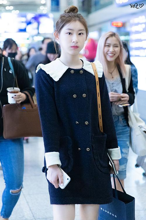 Em gái Chae Ryeong chỉ nhỏ hơn chị một tuổi cũng ưa chuộng phong cách đơn giản nhưng vẫn nữ tính. Mẫu váy đen thủy thủ đậm chất tiểu thư của Lucky Chouette được cô nàng yêu thích.