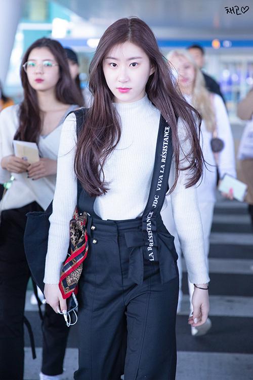 Chae Ryeong phối quần yếm và áo len ôm basic vừa thoải mái lại đáng yêu và trẻ trung.