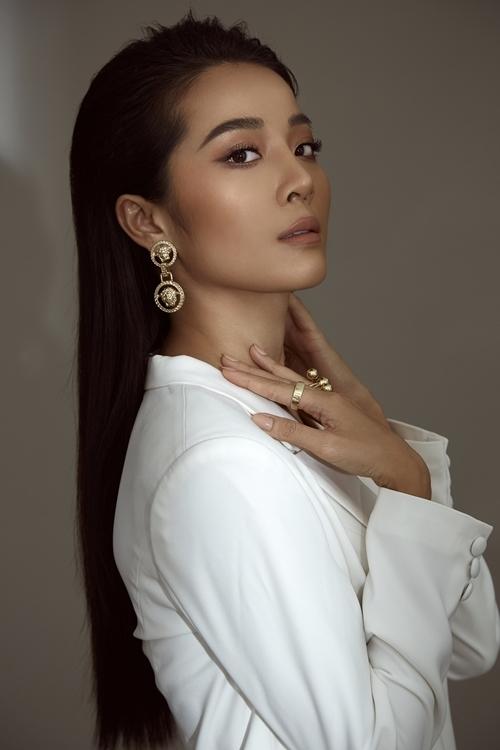 Karen Nguyễn tên thật là, từng tốt nghiệp Cao đẳng Văn Hóa TP HCM, chuyên ngành đạo diễn sân khấu. Ngoài diễn viên, cô còn hoạt động với vai trò người mẫu, VJ và beauty blogger.