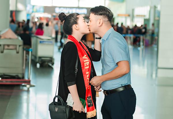 Trong giây phút tạm biệt vợ ở sân bay, doanh nhân Đình Nam không ngần ngại khoá môi vợ, thể hiện tình cảm sâu đậm anh cho bà xã. Cặp đôi chung sống bên nhau 8 năm nhưng vẫn rất ngọt ngào như thuở mới yêu.