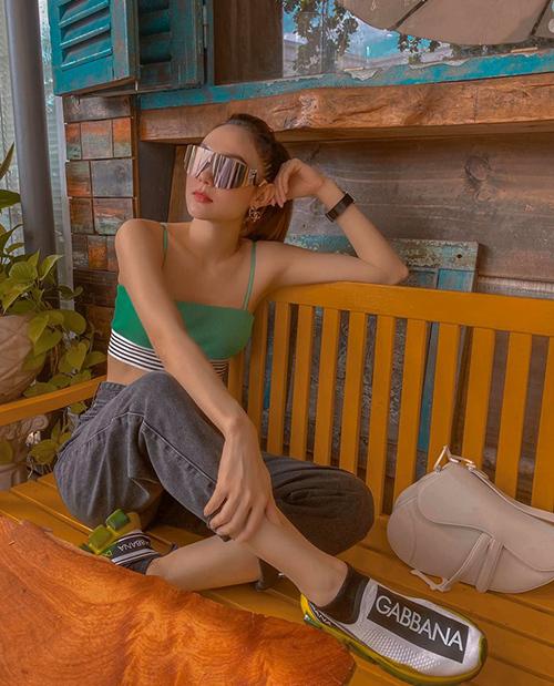 Minh Hằng vẫn chuộng diện áo hai dây mát mẻ trong những ngày sang thu.