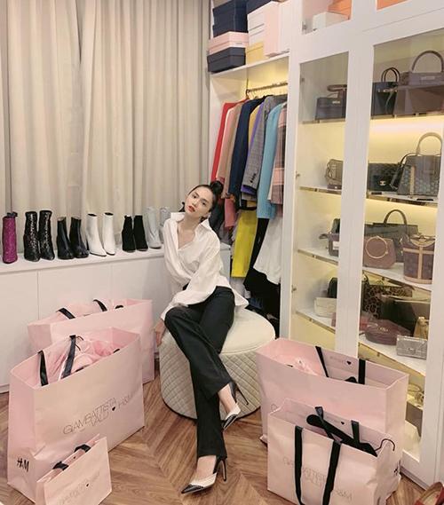 Hương Giang khoe thành tích sau một buổi tối shopping. Hoa hậu cũng tiết lộ căn phòng trưng bàyngập tràn hàng hiệu.
